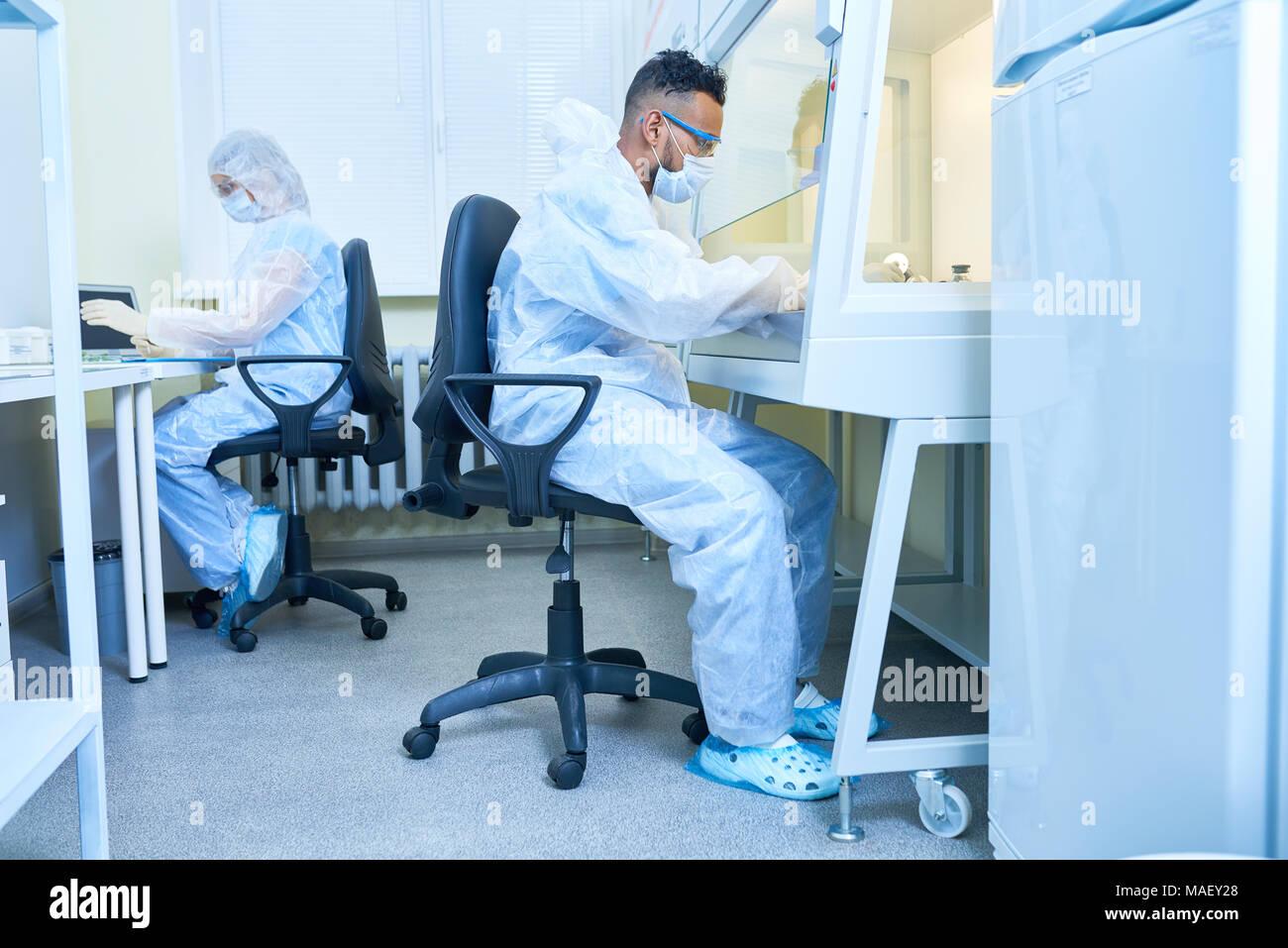 Experimento arriesgado en laboratorio Foto de stock