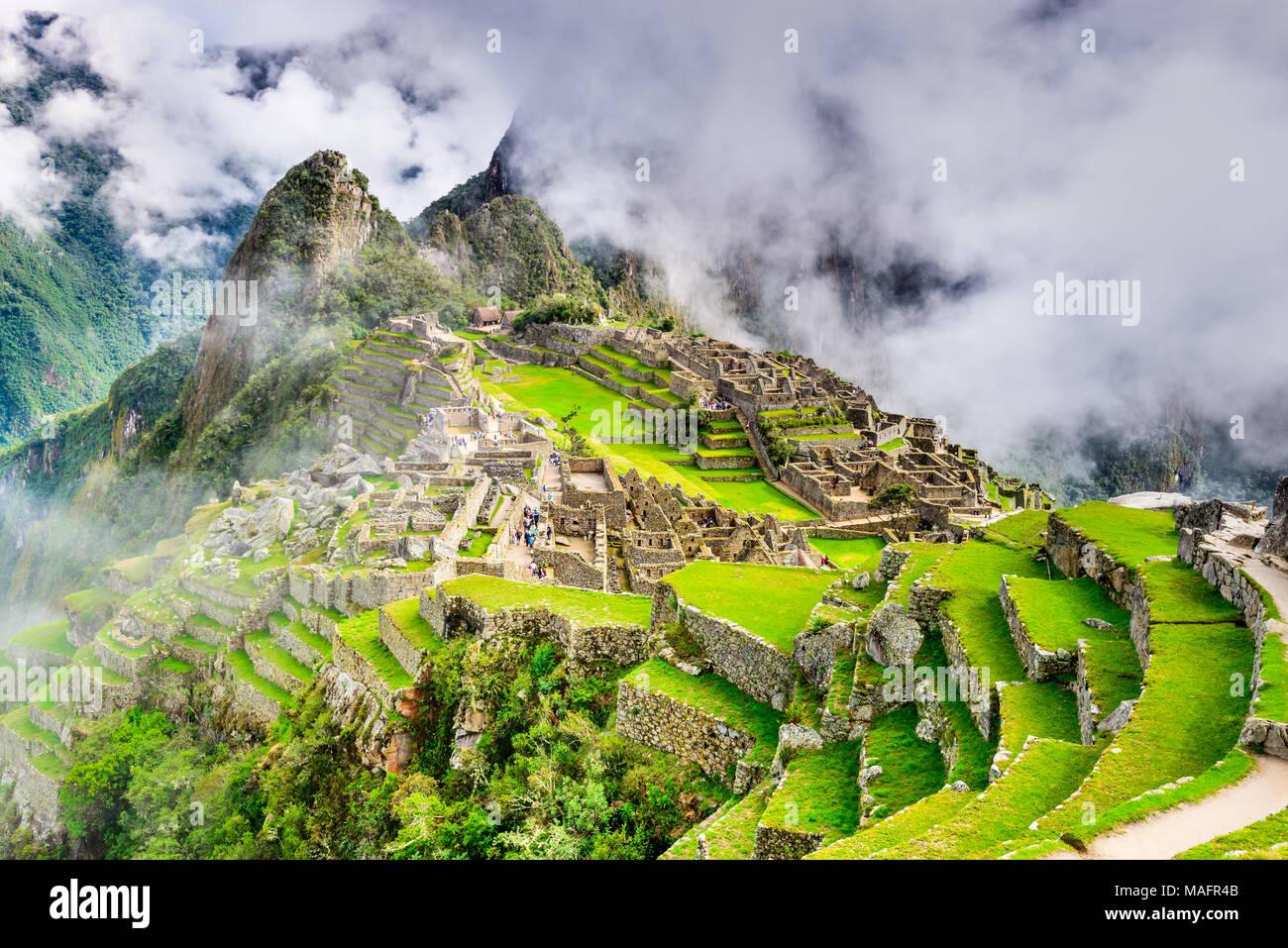 Machu Picchu en Perú - Ruinas del Imperio Inca y la ciudad de montaña Huaynapicchu en el Valle Sagrado, Cusco, en América del Sur. Imagen De Stock