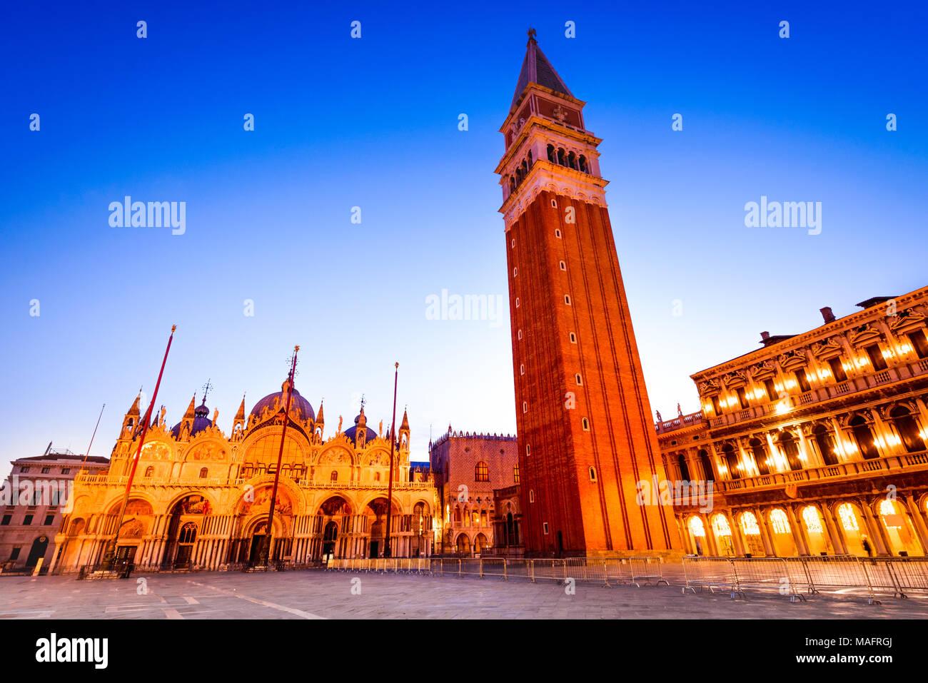 Venecia, Italia. Impresionante luz crepuscular con el Campanile y la Basílica de San Marcos de Venecia, mañana. Imagen De Stock