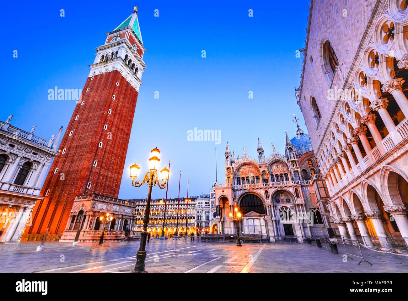 Venecia, Italia. Impresionante luz crepuscular con el campanile, el Palacio Ducal y la Basílica de San Marcos. Imagen De Stock
