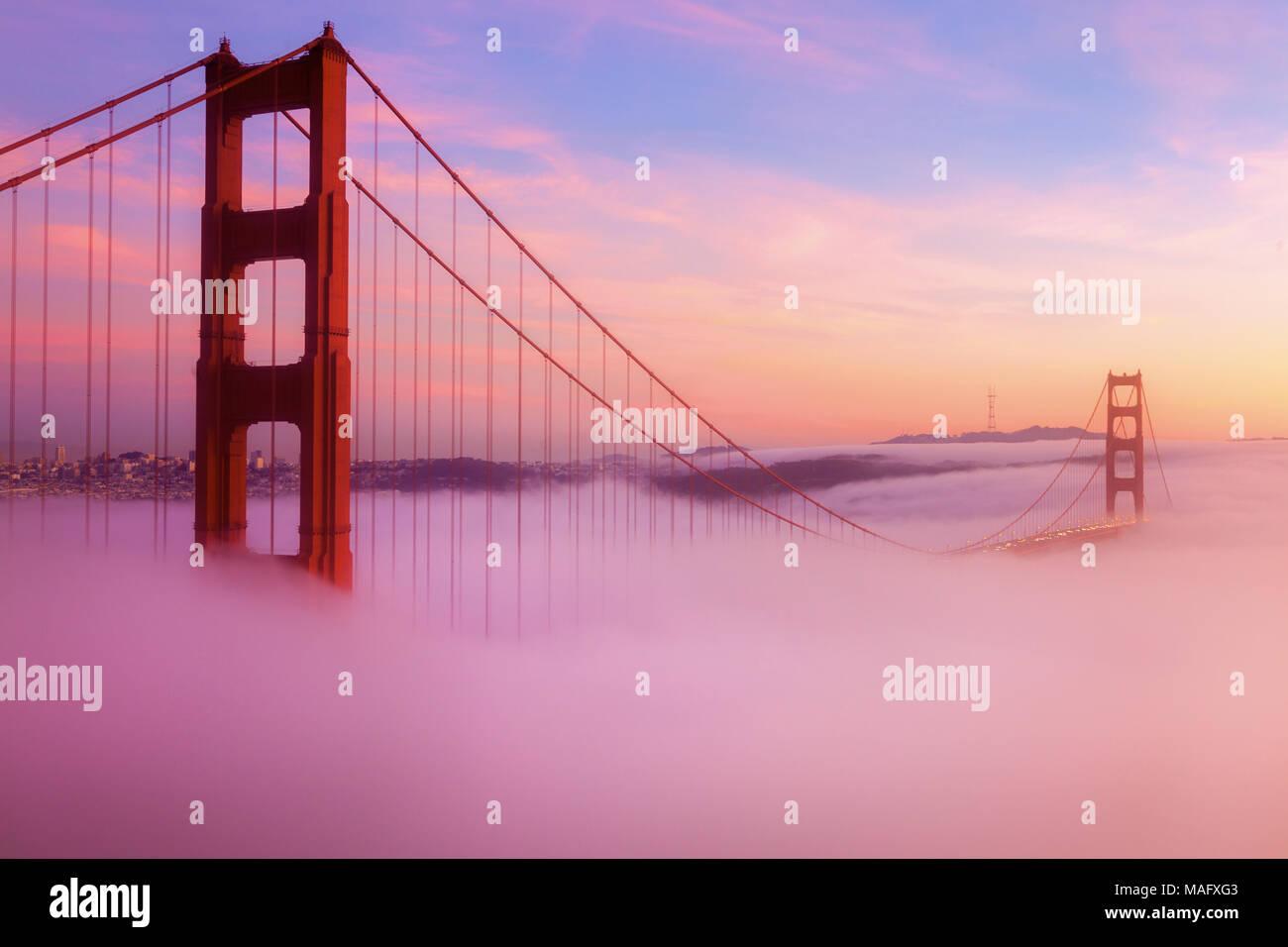 El Puente Golden Gate, es un destino turístico popuar en San Francisco, California. Imagen De Stock