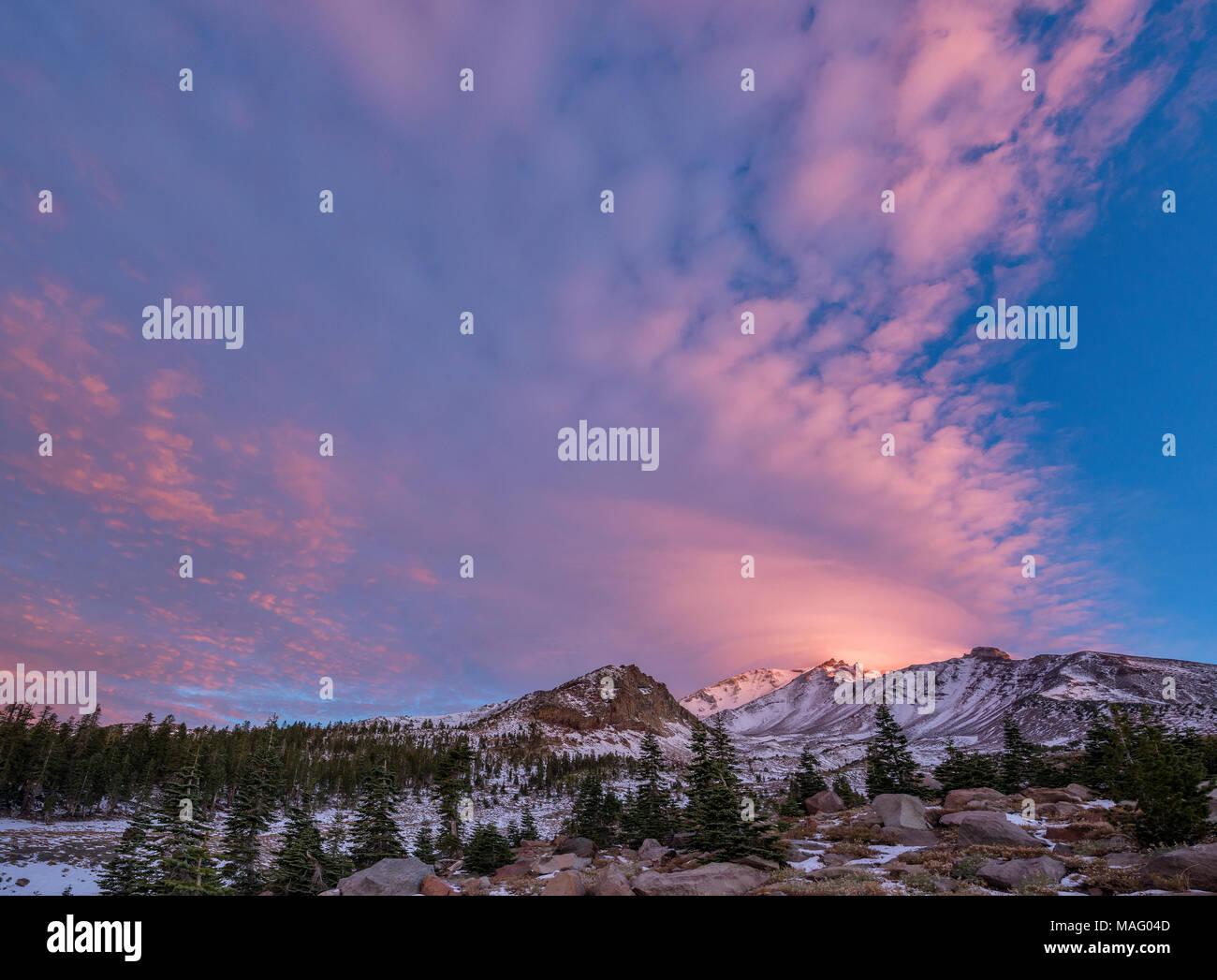 Amanecer, nube lenticular, monte Shasta, el Bosque Nacional Shasta-Trinity, California Imagen De Stock