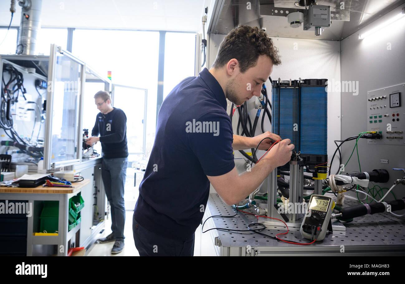 26 de marzo de 2018, en Alemania, en Dettingen an der Erms: Los empleados del proveedor de automoción ElringKlinger celdas de combustible de prueba en el laboratorio. Gestión dio una conferencia de prensa sobre la situación financiera de la empresa el 27 de marzo de 2018. Foto: Sina Schuldt/dpa Imagen De Stock