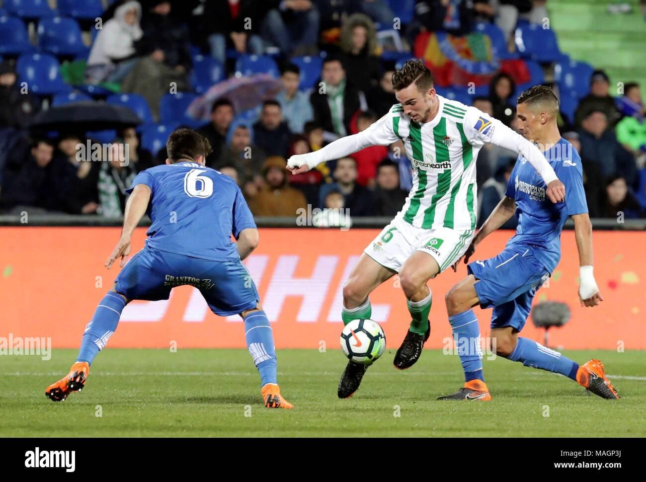 El Betis  el centrocampista Fabián Ruiz (C) compite por el balón con el 37e3c02bed456