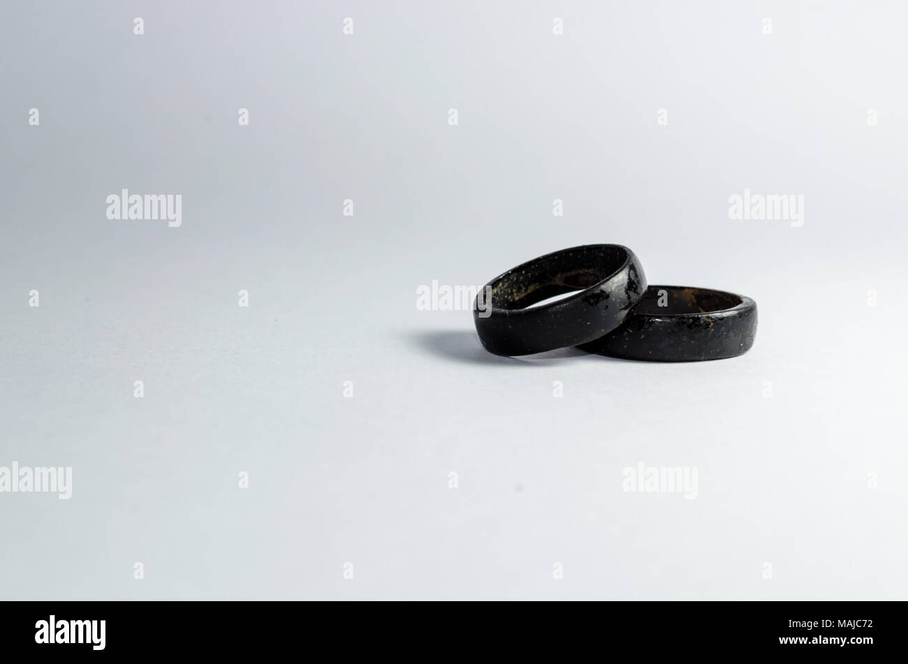 nuevo producto 91113 f28cb Par de anillos de coco juntos sobre un fondo blanco. Tono ...