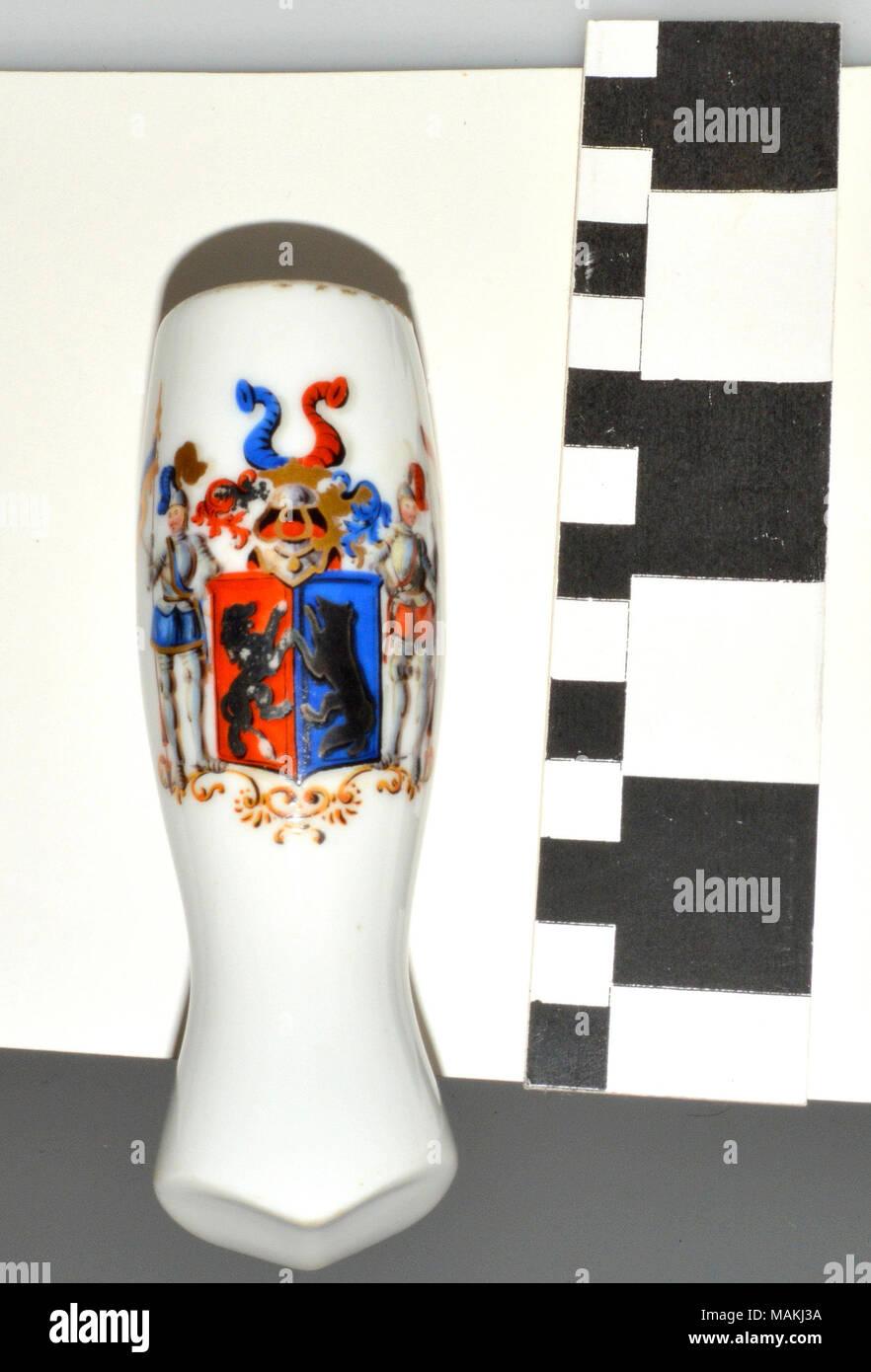 Blanco tubo de cerámica vidriada Starkloff tazón con el escudo de armas. Utilizado por el Barón Karl von Starkloff en Alemania y transmitido a través de la familia Starkloff. Título: Tubo de cerámica alemán Barón Karl von Starkloff . circa 1809. Foto de stock