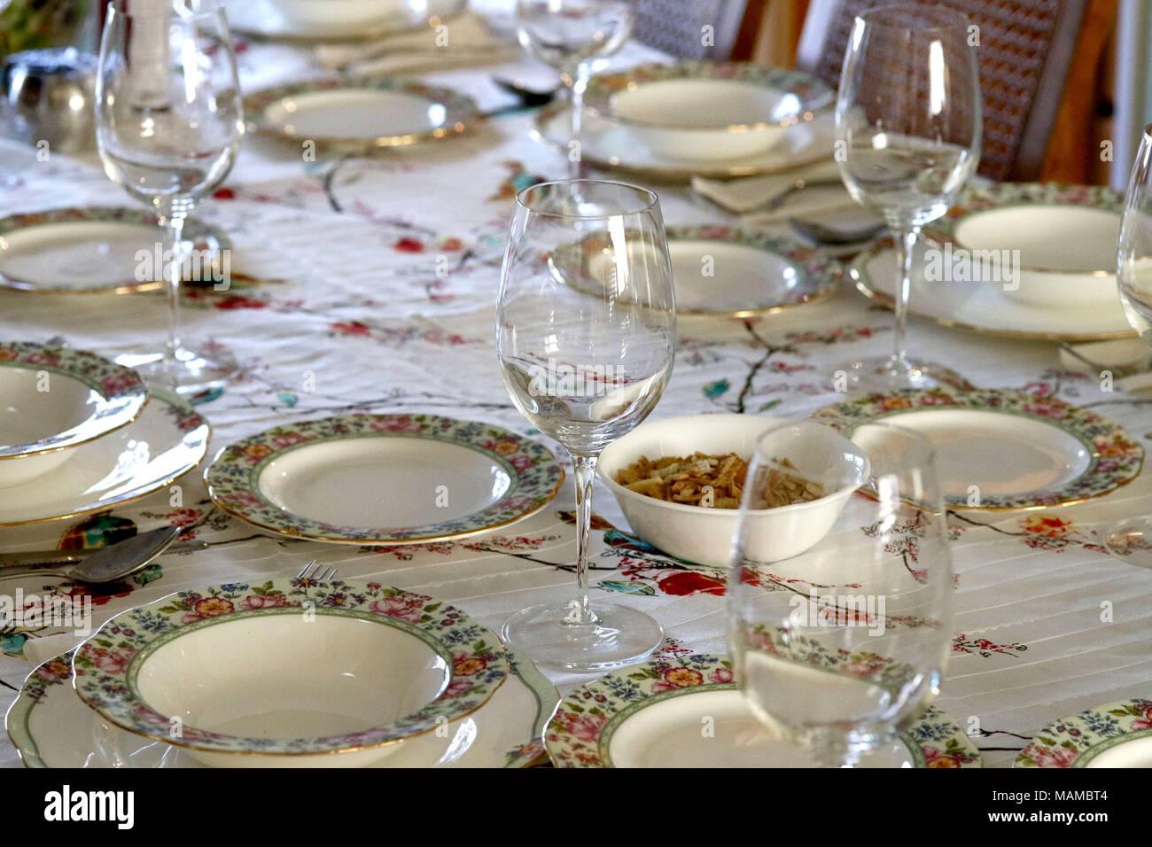 Mesa de comedor con platos y vasos Imagen De Stock