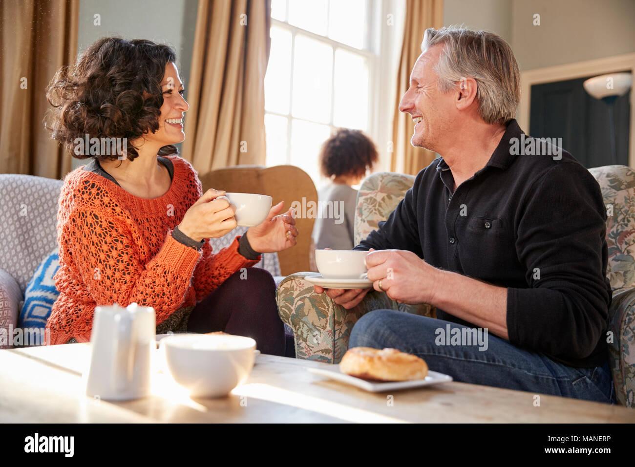 Pareja de mediana edad sentado en torno a una mesa en la cafetería. Foto de stock