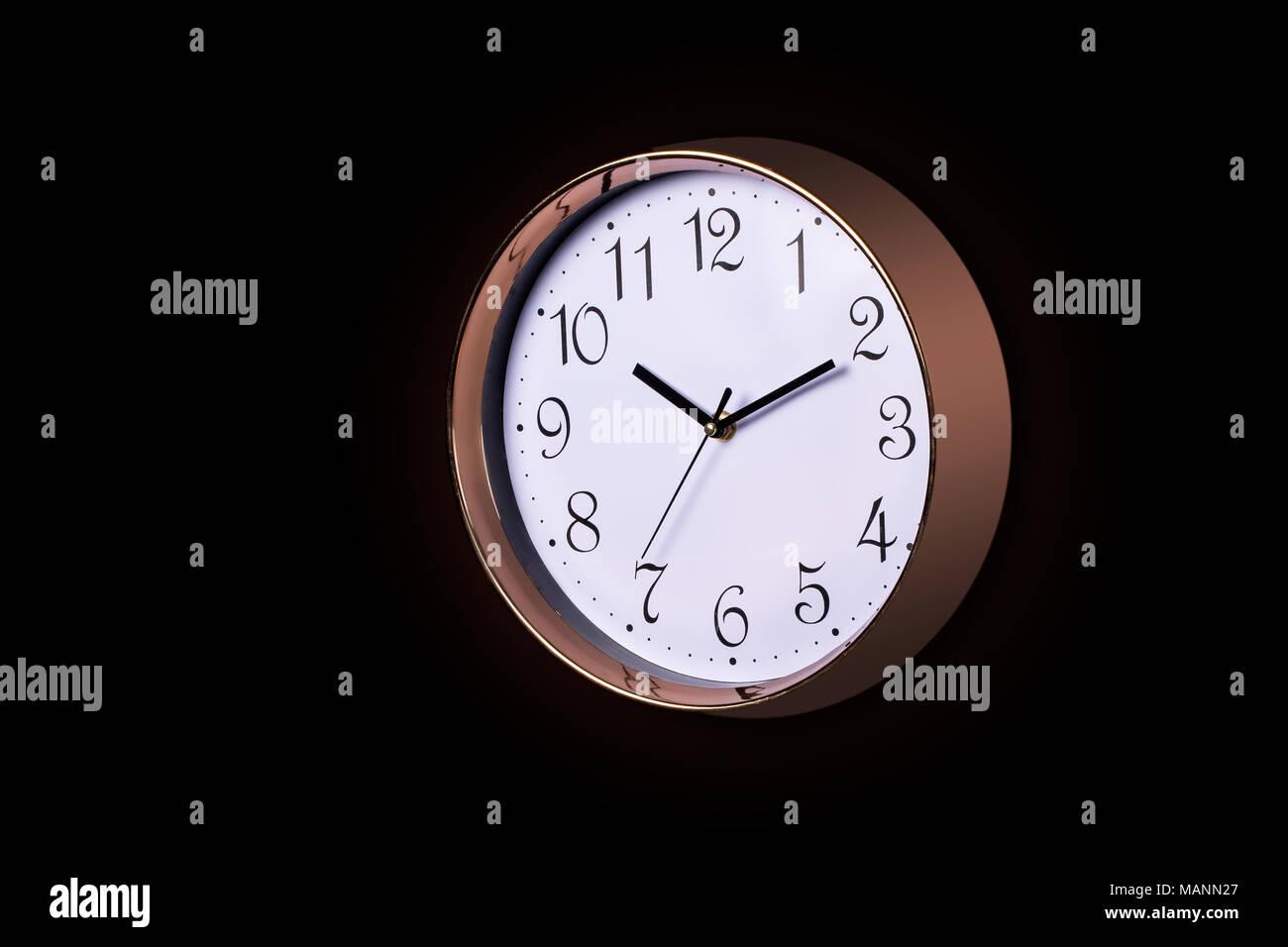 fb7178f77bf9 Cerca de un gran reloj de pared tictac decorativos metálicos en color oro  rosa y cara blanca
