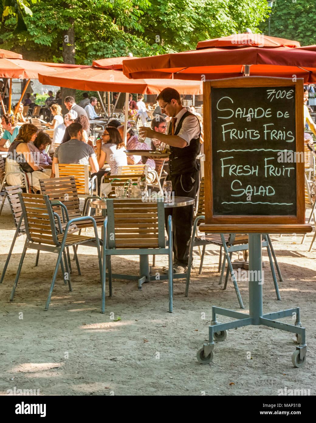 JARDIN DES TUILLERIES, PARÍS, FRANCIA: Café al aire libre con menú de mesa Foto de stock