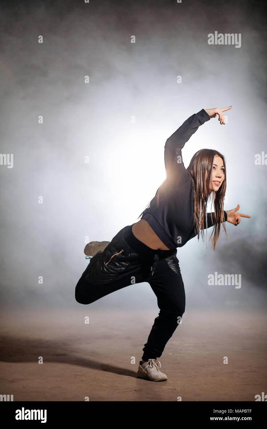 Mujer joven con el pelo largo está practicando hip hop clothers sueltas  Imagen De Stock bfe6529e339