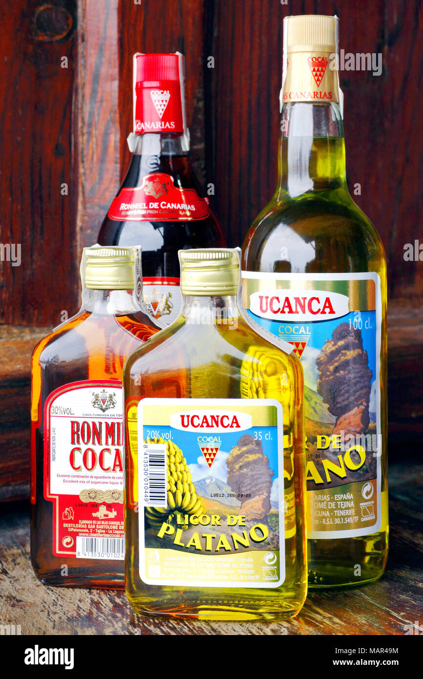 Botellas de licor de plátano Ucanca y Ron Miel miel y licor de ron, Puerto de la Cruz, Tenerife, Islas Canarias, España Imagen De Stock