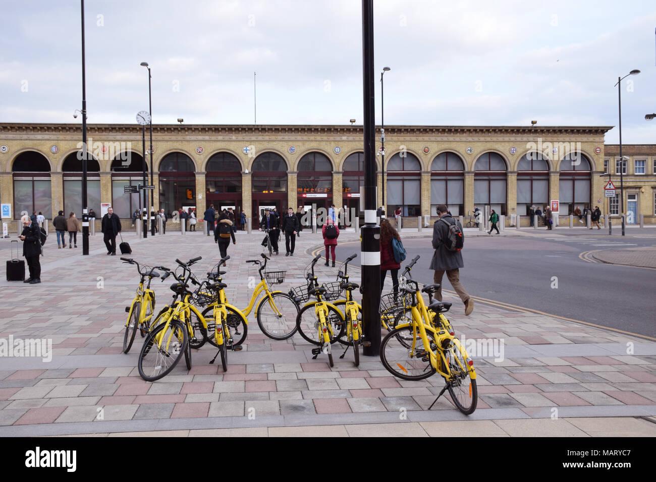 Ofo alquiler de bicicletas, Estación de Cambridge, de marzo de 2018 REINO UNIDO. Ofo es la primera plataforma de intercambio de bicicletas dockless, trabajando a través de una app Imagen De Stock