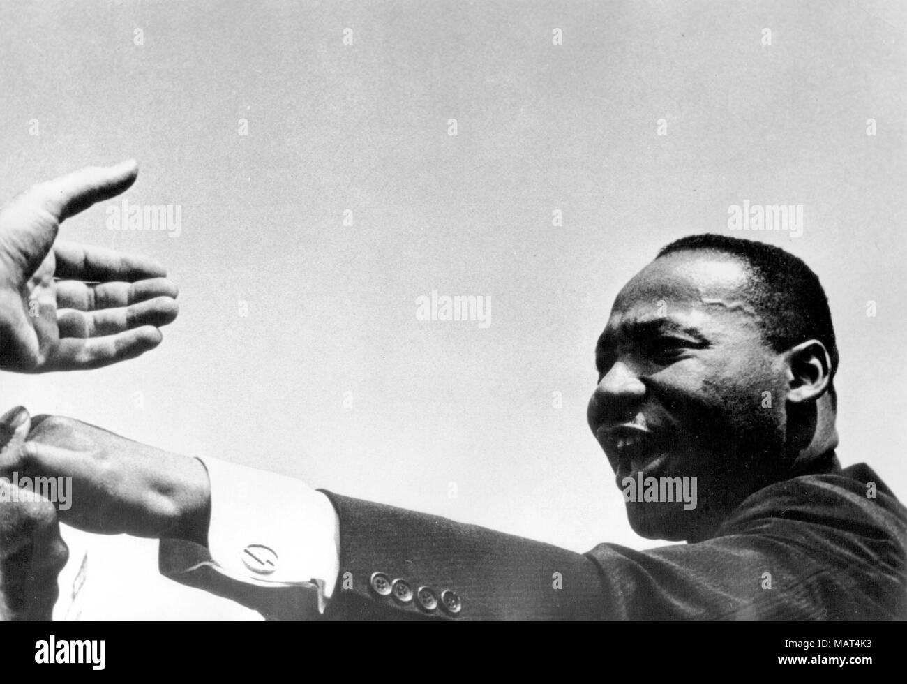 """Archivo. 4 abr, 2018. El reverendo MARTIN LUTHER KING JR. fue herido mortalmente por J. Earl Ray a las 6:01 p.m., 4 de abril de 1968, cuando se encontraba en el segundo piso del hotel Lorraine en Memphis, Tennessee. Foto: Agosto 12, 1963 - Washington, DC, EE.UU. - El reverendo Martin Luther King, Jr. fue un famoso líder del movimiento de derechos civiles afroamericano. King fue trágicamente asesinado el 4 de abril de 1968 en el Motel Lorraine. Foto: Rey agitando las manos durante """"la marcha en Washington por el trabajo y la libertad."""" (Crédito de la Imagen: © Agencia de Prensa Keystone Keystone/USA a través ZUMAPRESS.com) Foto de stock"""