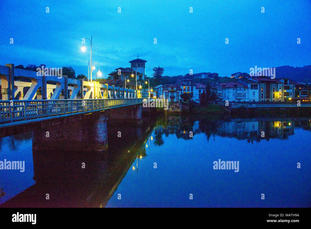 Descripción general y río Deva en la noche. Bustio, Asturias, España. Foto de stock