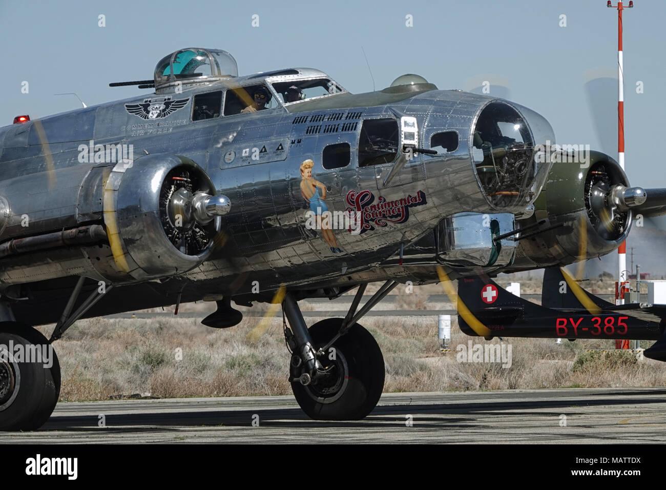 """Lancaster, CA / USA - Marzo 25, 2018: Un Boeing B-17 Flying Fortress, denominado """"Viaje Sentimental"""", lo prepara para un vuelo en el L.A. County Air Show. Foto de stock"""