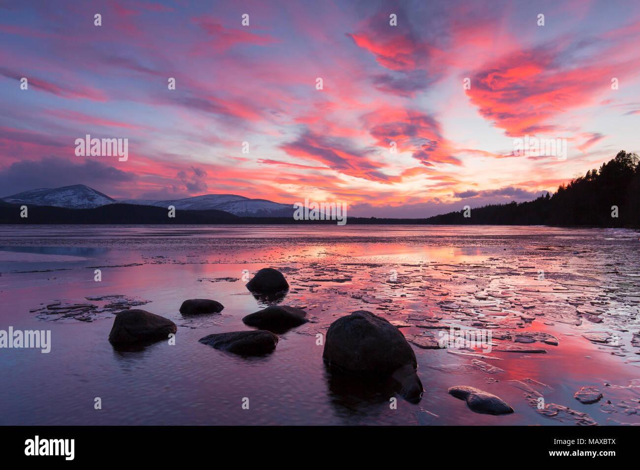 Loch Morlich al atardecer en invierno, el Parque Nacional de Cairngorms, Badenoch y Strathspey, Highland, Scotland, Reino Unido Foto de stock