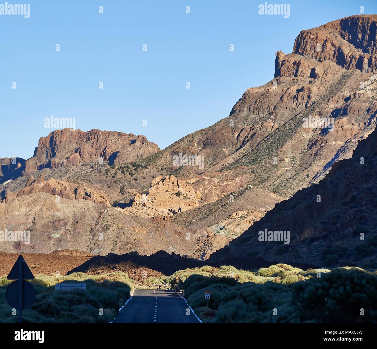 La TF-21 Carretera y paisaje montañoso que recorre el Parque Nacional Tiede en Tenerife, en las islas Canarias. Foto de stock