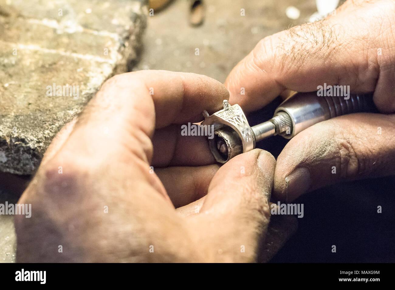 694169ed0f48 Joyero masculino pulir un anillo de plata con un mandril de ranurado para la  lija