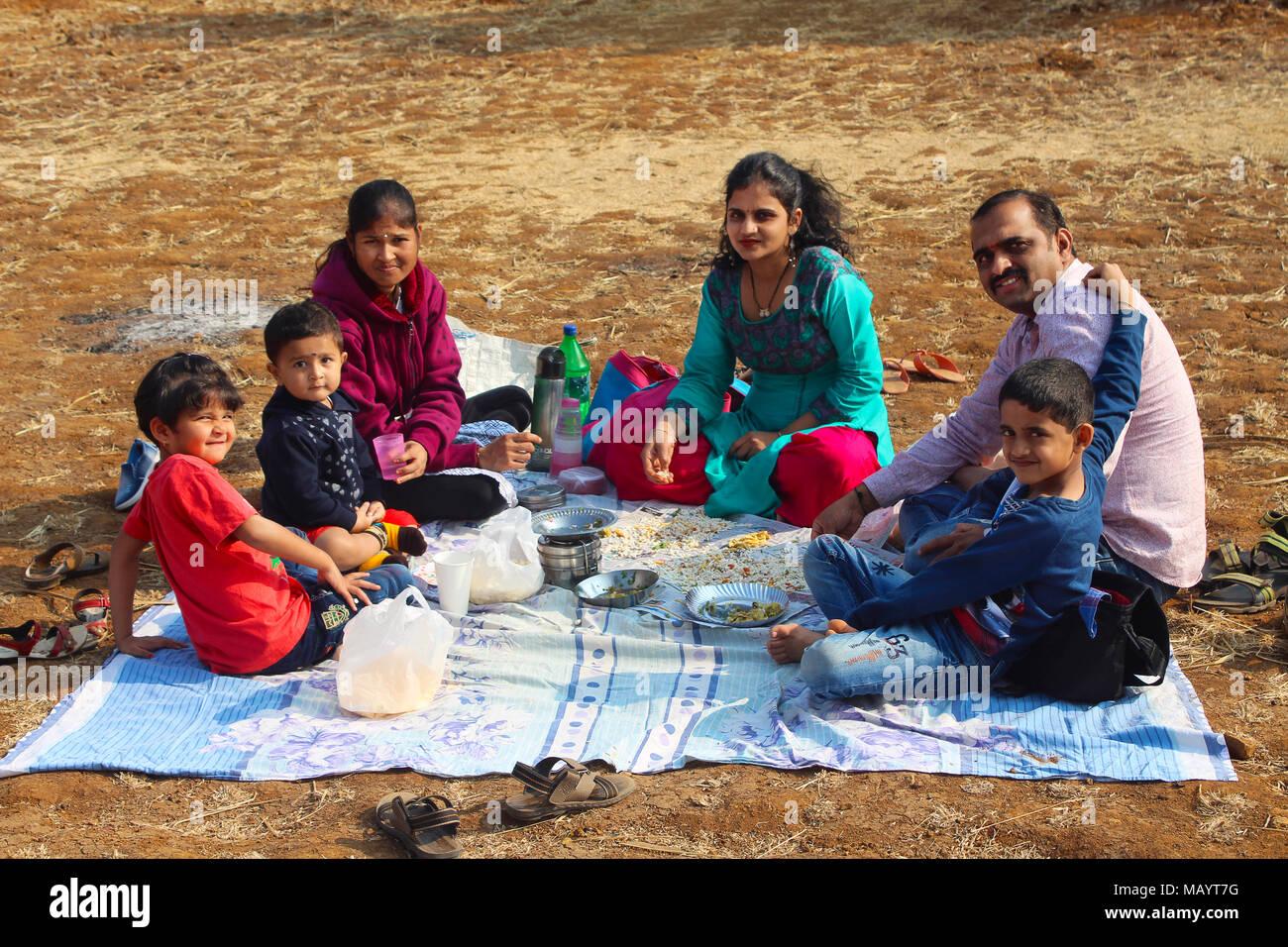 La familia india desayunando en la granja cercana Tamihini ghat en Pune Foto de stock
