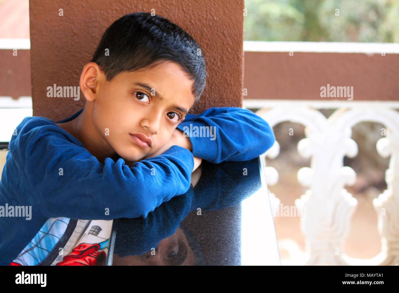 Chico mirando a la cámara con graves mira, Kokan Palande Foto de stock
