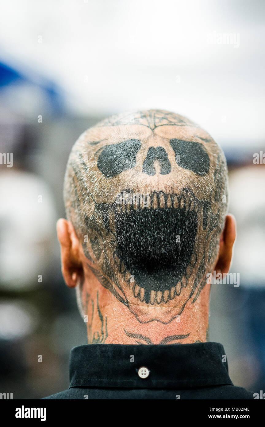 Un Tatuaje En La Cabeza De Un Hombre En El Cornwall Tattoo