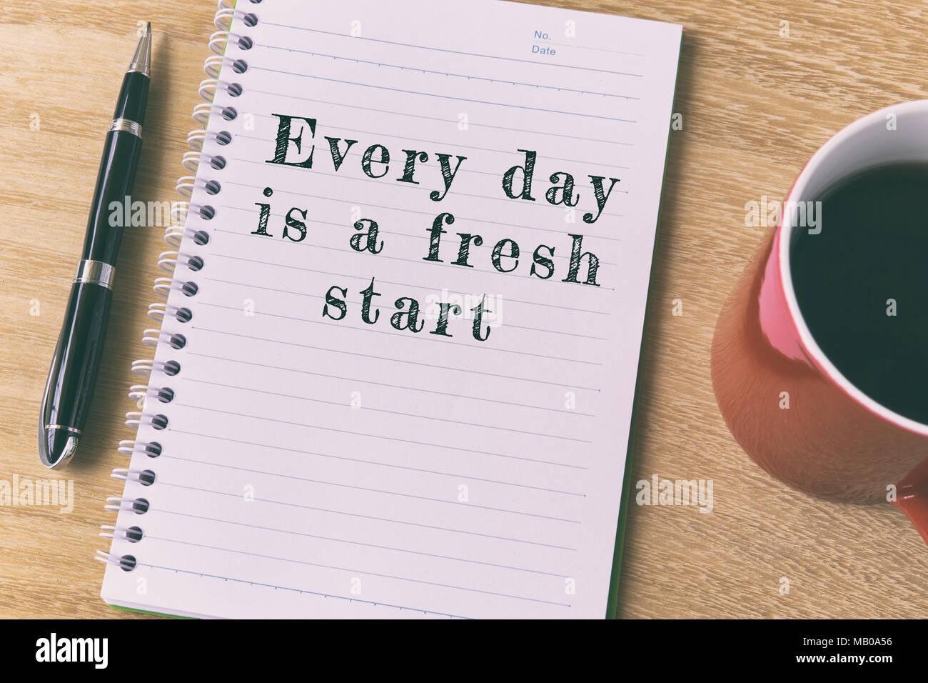 Cita inspiradora en Bloc de notas: Cada día es un nuevo comienzo Imagen De Stock
