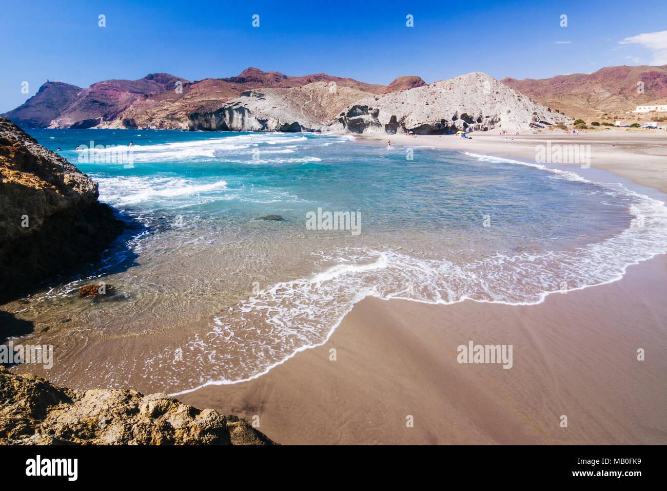El Parque Natural de Cabo de Gata-Níjar, provincia de Almería, Andalucía, España : desierta playa Monsul, cerca de Villa de San José. Imagen De Stock