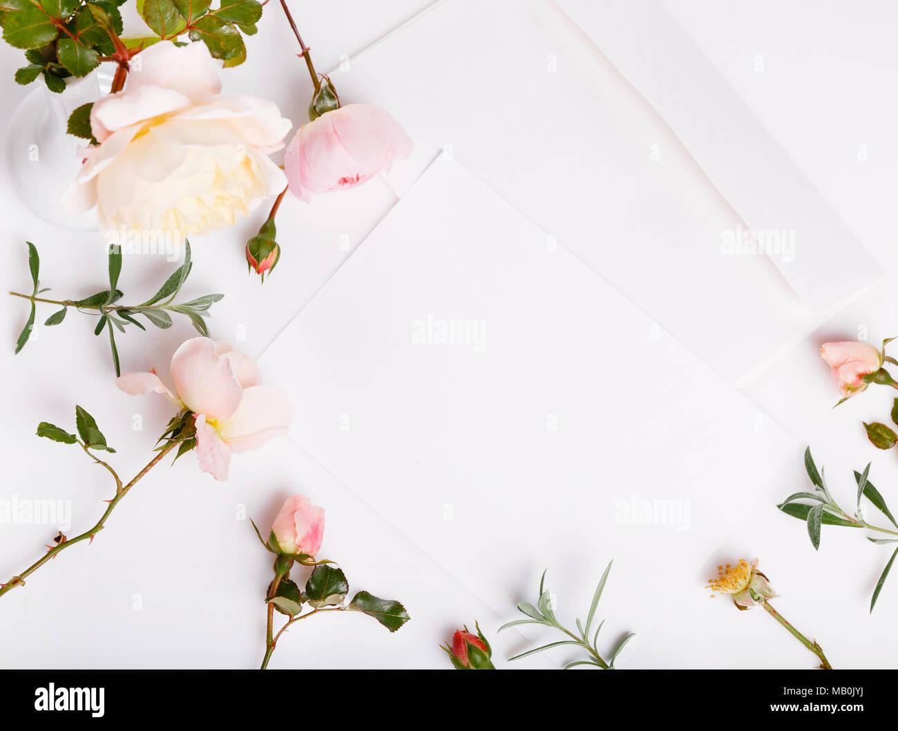 Carta Blanco Sobre Fondo Blanco Con Rosa Rosa Inglés