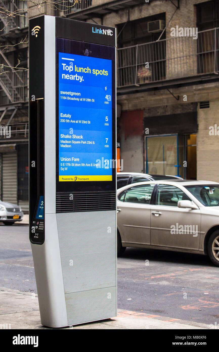 La CIUDAD DE NUEVA YORK - 29 de marzo de 2018: LinkNYC Wi-fi kiosco en la calle en la Ciudad de Nueva York, en Midtown Manhattan. Imagen De Stock