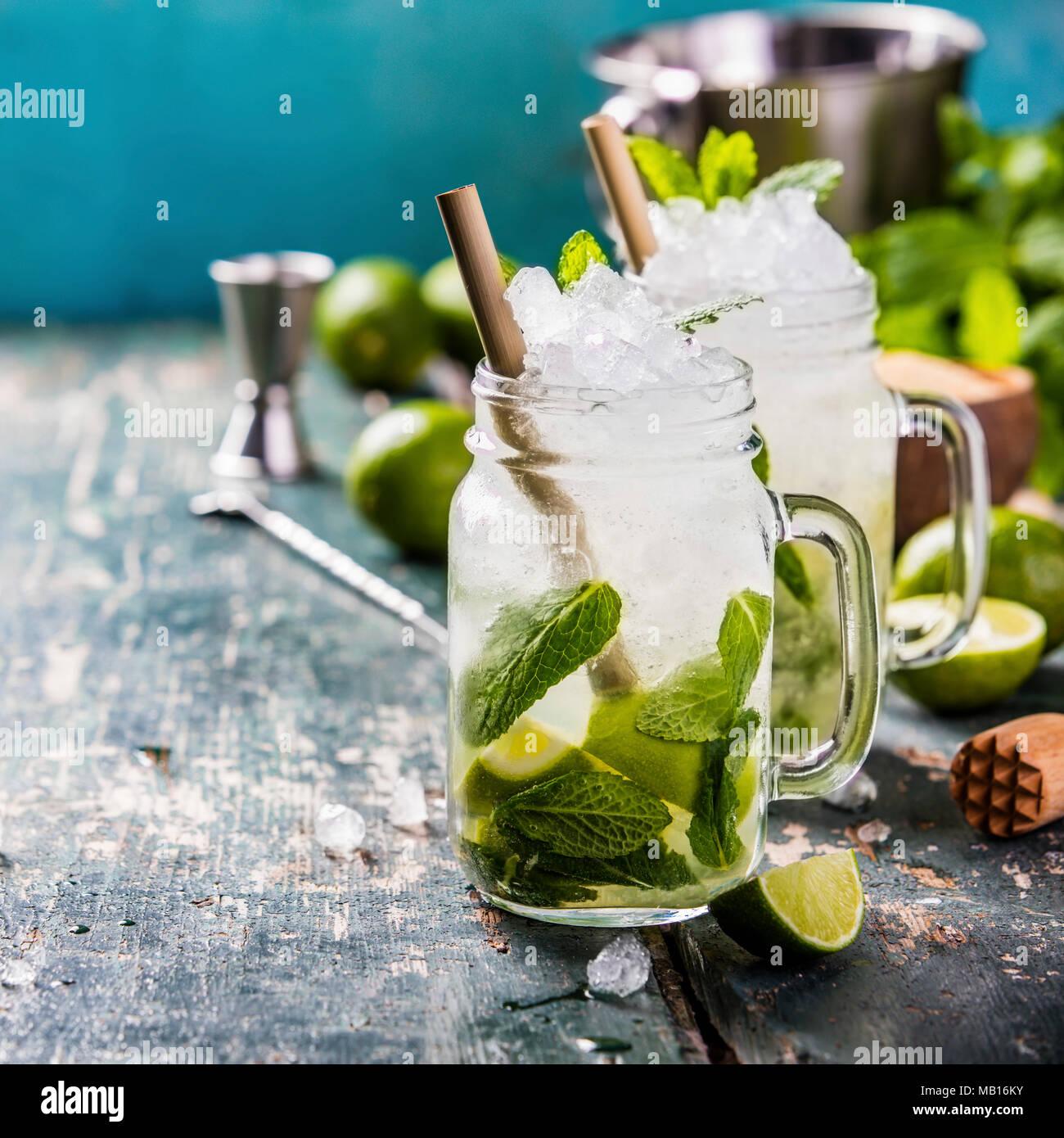 Mojito cóctel con limón y menta en frascos de vidrio sobre la mesa. Espacio de copia Imagen De Stock