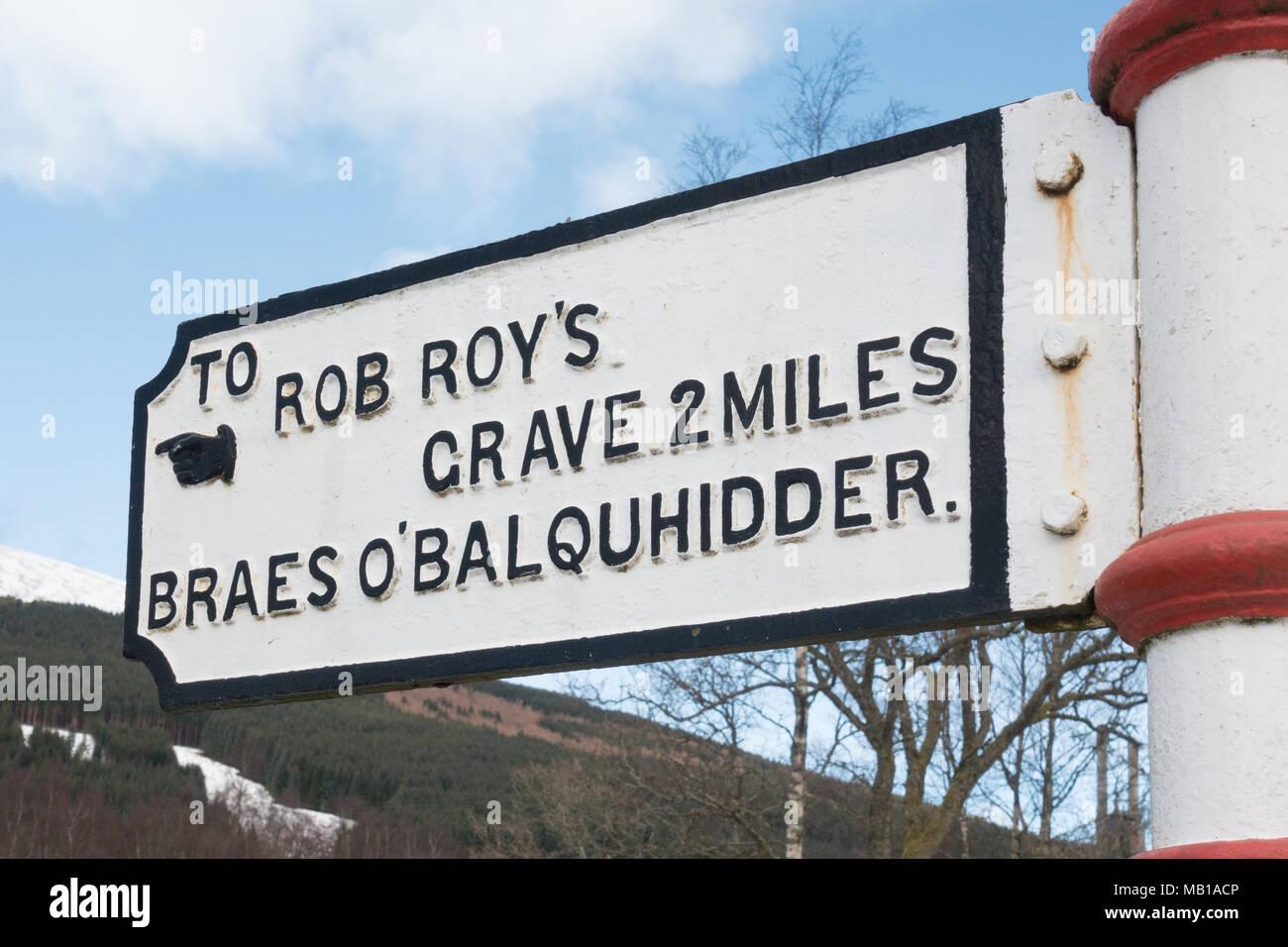 Hierro fundido signpost victoriano apuntando hacia la tumba de Rob Roy y Braes O'Balquhidder, Balquhidder, Scotland, Reino Unido Foto de stock
