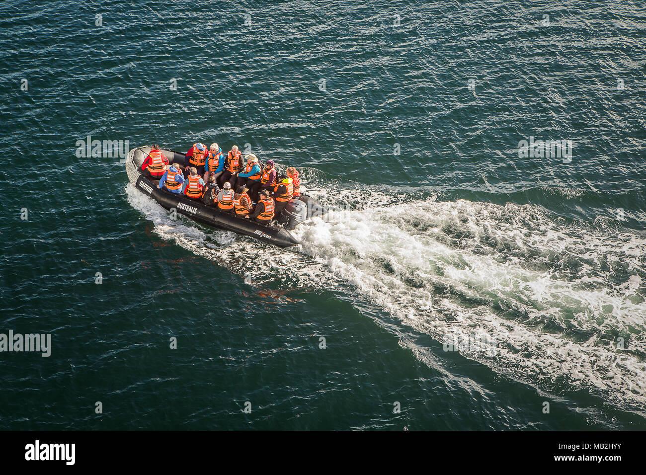 Los exploradores viajaban en una Zodiac, en Seno Almirantazgo, el Estrecho de Magallanes. PN Alberto de Agostini, Tierra del Fuego, Patagonia, Chile Imagen De Stock