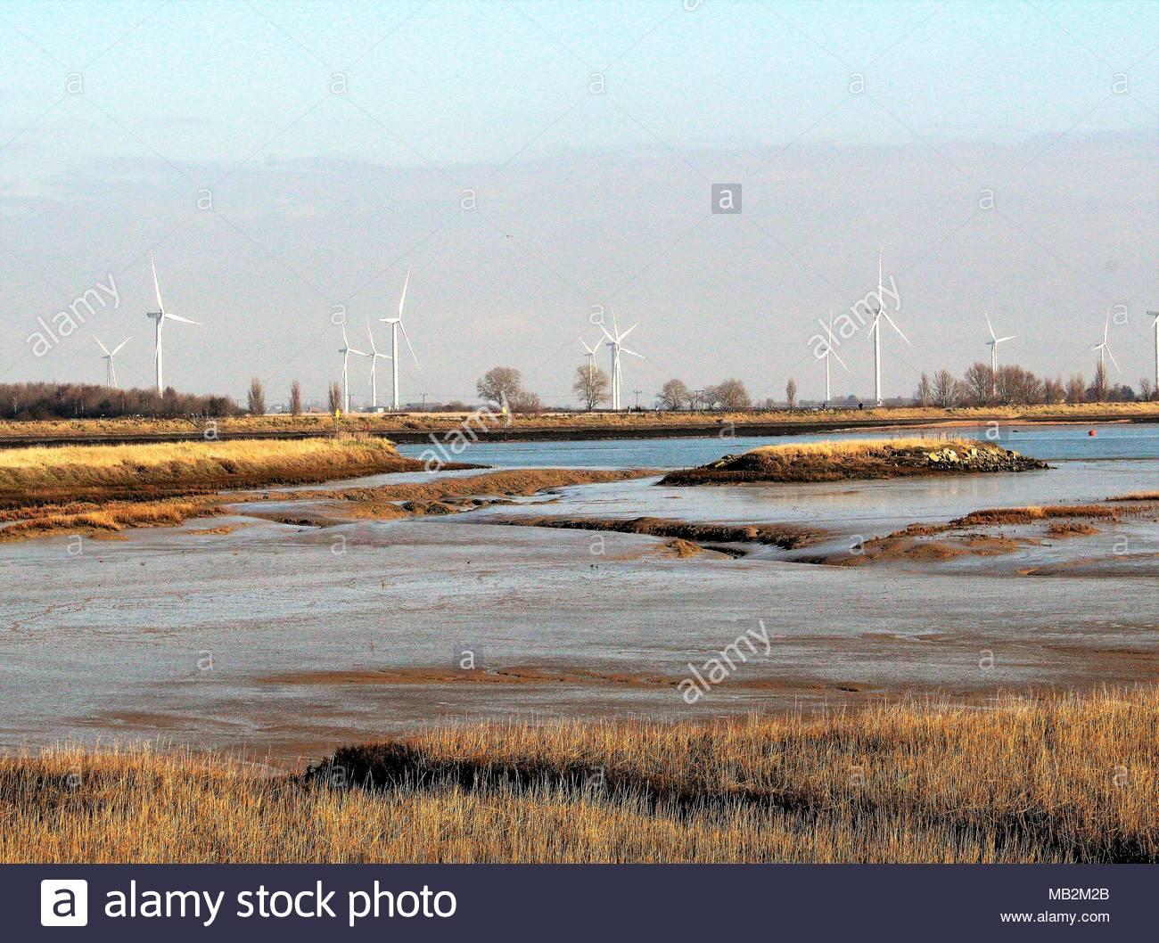 Las fuentes de energía renovables. Girar las turbinas de viento en el sitio de la costa salvaje proyecto y sitio de travesaño link en Isla Wallasea, Gran Bretaña. Imagen De Stock