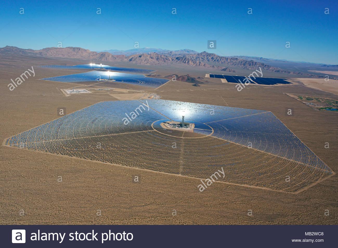 Sistema de generación eléctrica solar IVANPAH (vista aérea) (más grande del mundo planta de energía solar concentrada a partir de 2018). El Desierto de Mojave, en California, Estados Unidos. Imagen De Stock
