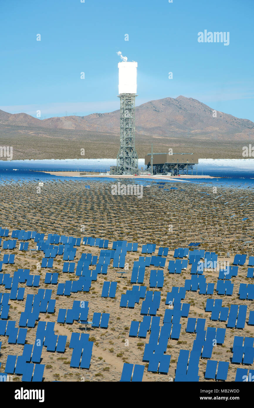 143 METROS DE TORRE ALTA RECIBE LA LUZ SOLAR (Redirigido vista elevada). Sistema de generación eléctrica solar Ivanpah, Nipton, California, USA. Imagen De Stock