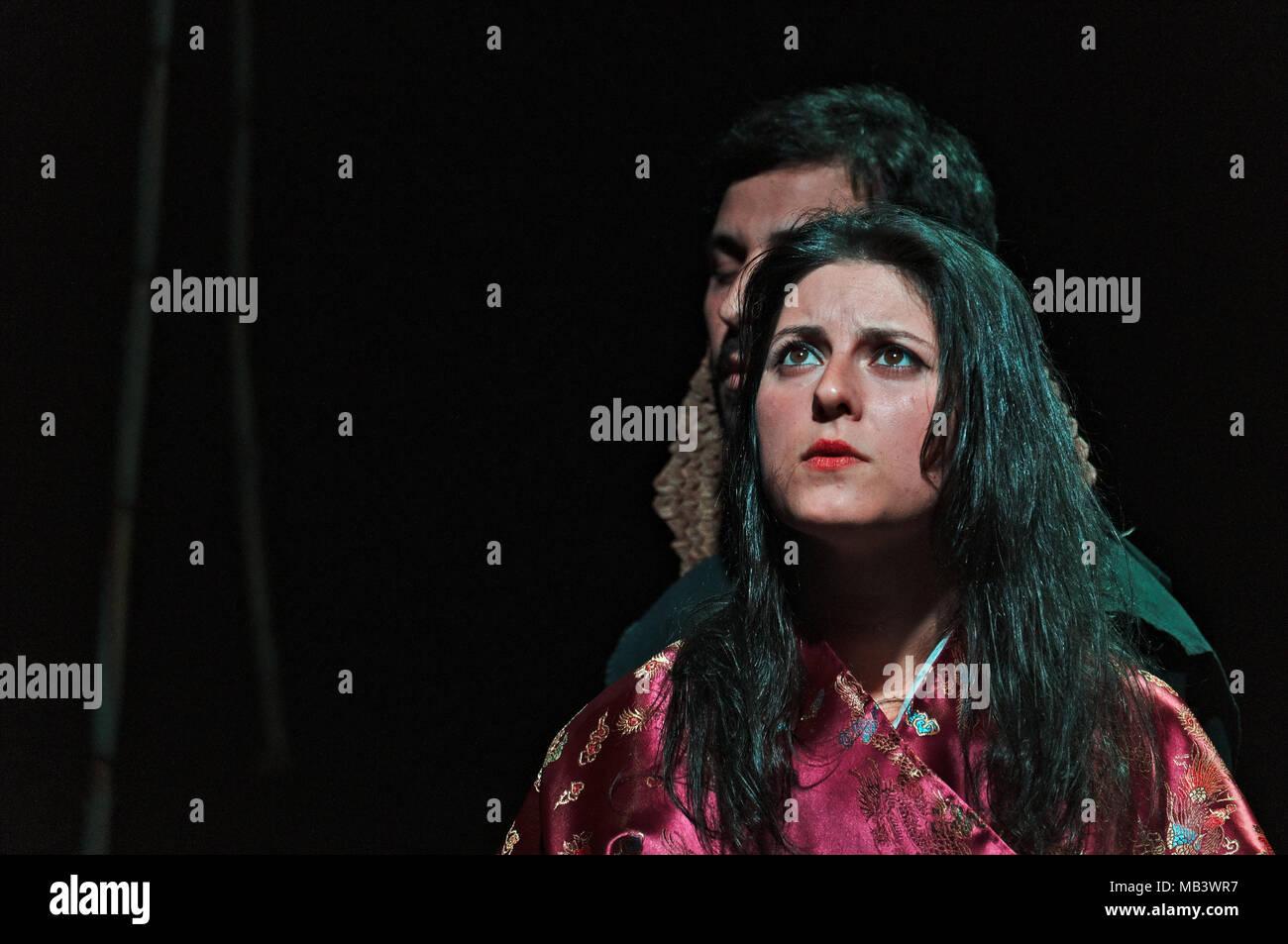 Obra teatral: simetria. Realizado por la Companhia de teatro contemporáneo en el Auditorio de Albufeira, Algarve, Portugal (27 de marzo de 2018) Foto de stock