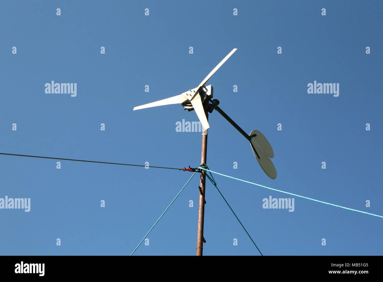 Pequeña turbina de viento la producción de energía limpia selfbuilt Imagen De Stock