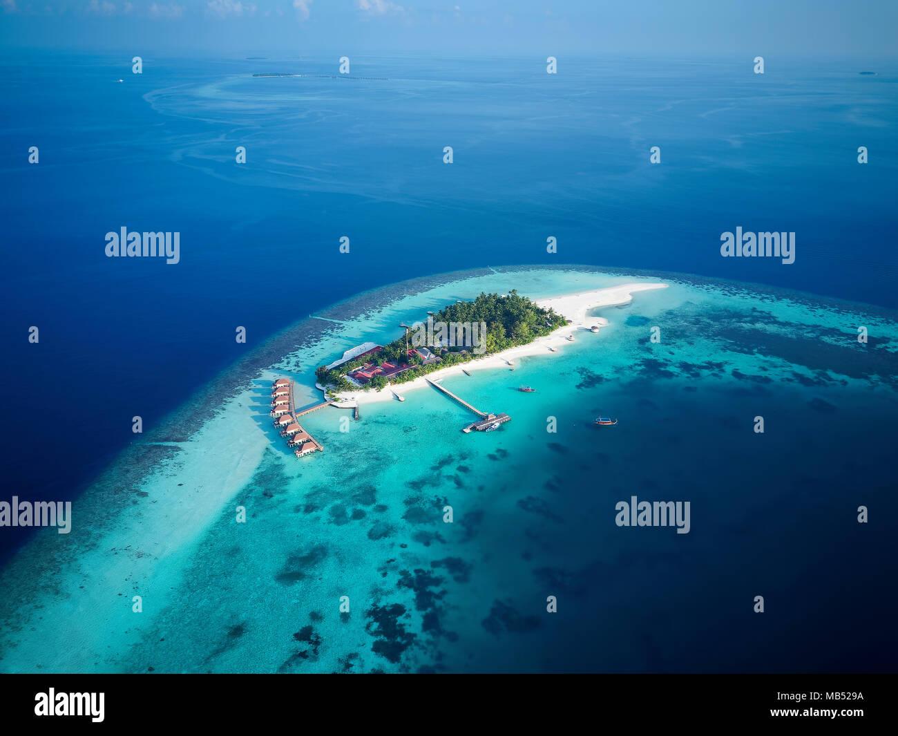 Mayaafushi Island Resort, costa afuera del arrecife de coral, Ari Atoll, Maldivas, Océano Índico Imagen De Stock