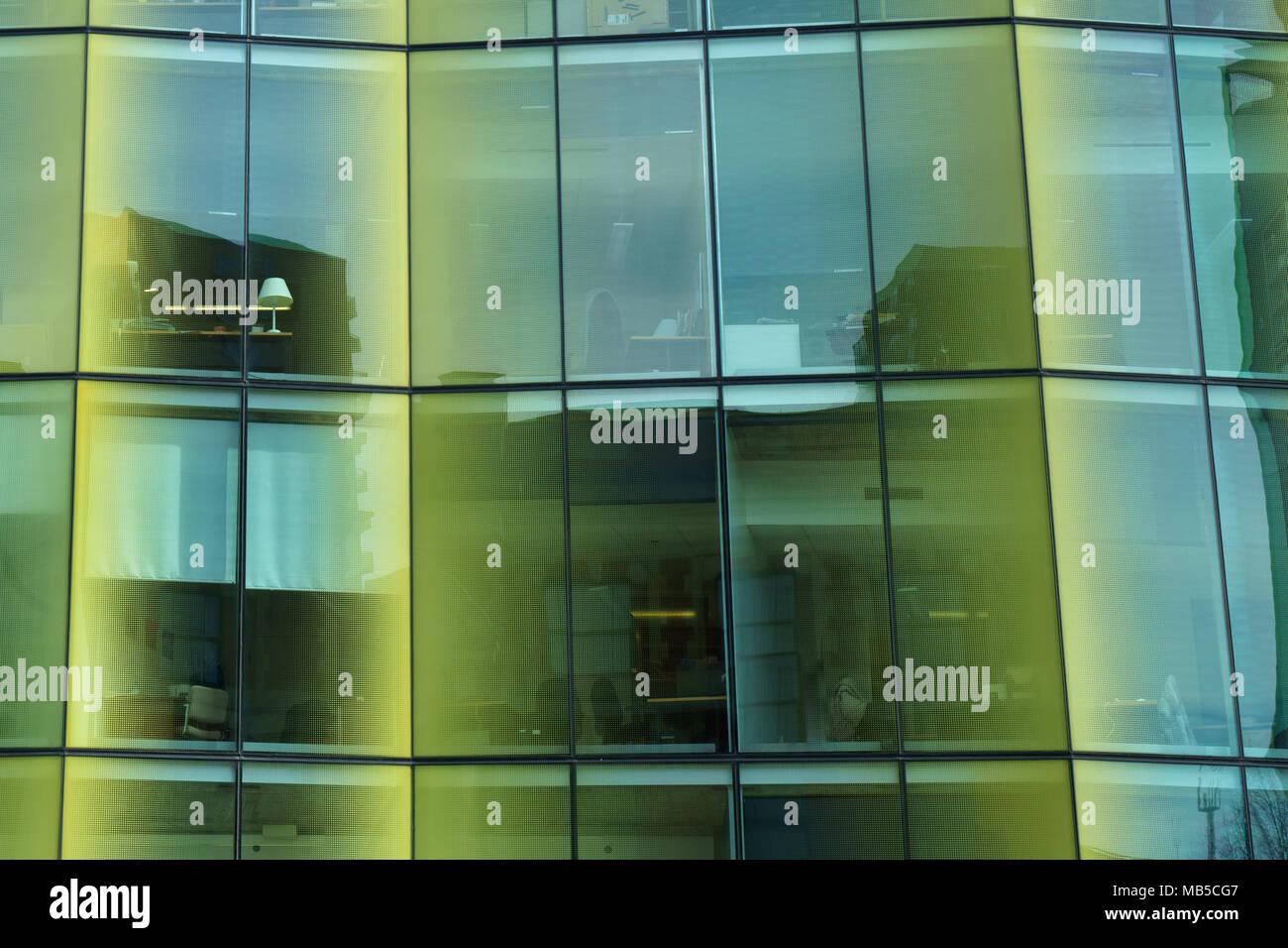 f64fd1cd27 Vista exterior de los cristales tintados de un moderno edificio de oficinas  en el centro de