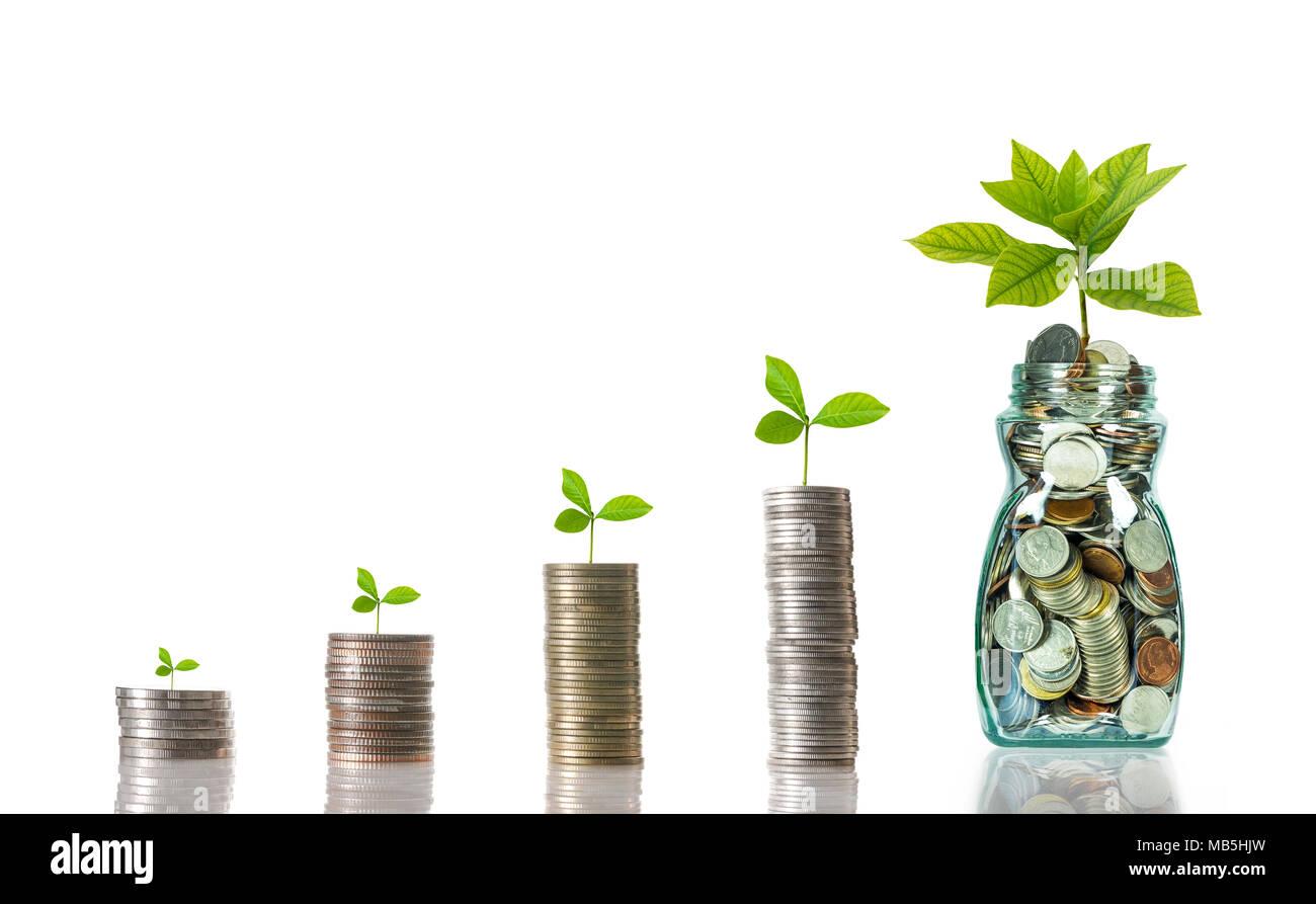 Mezclar pilas de monedas con biberón sobre fondo blanco, el crecimiento de la inversión empresarial concepto Imagen De Stock