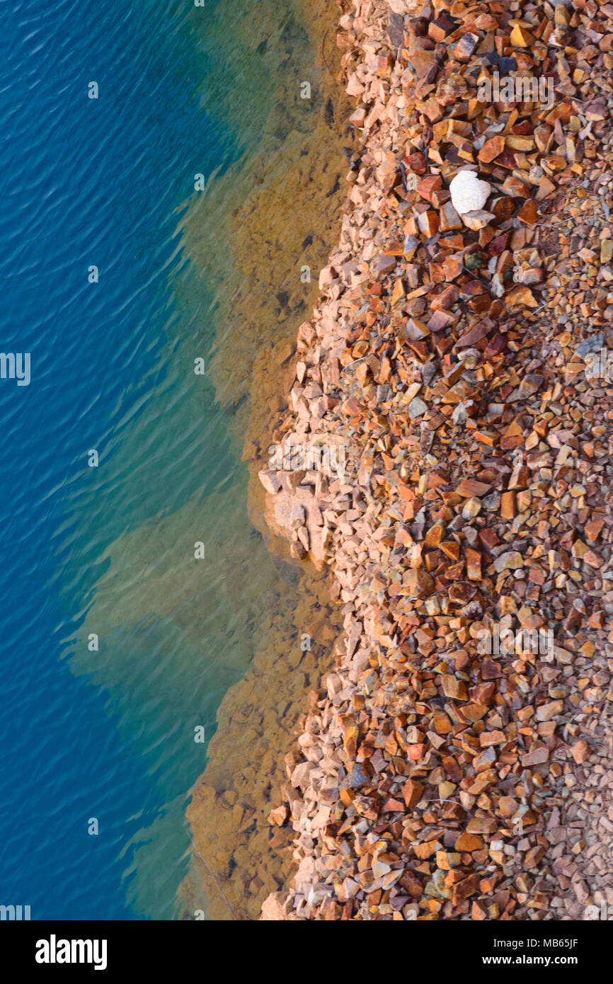 Antecedentes La naturaleza del color azul del agua fresca en el borde del lago rocoso Imagen De Stock