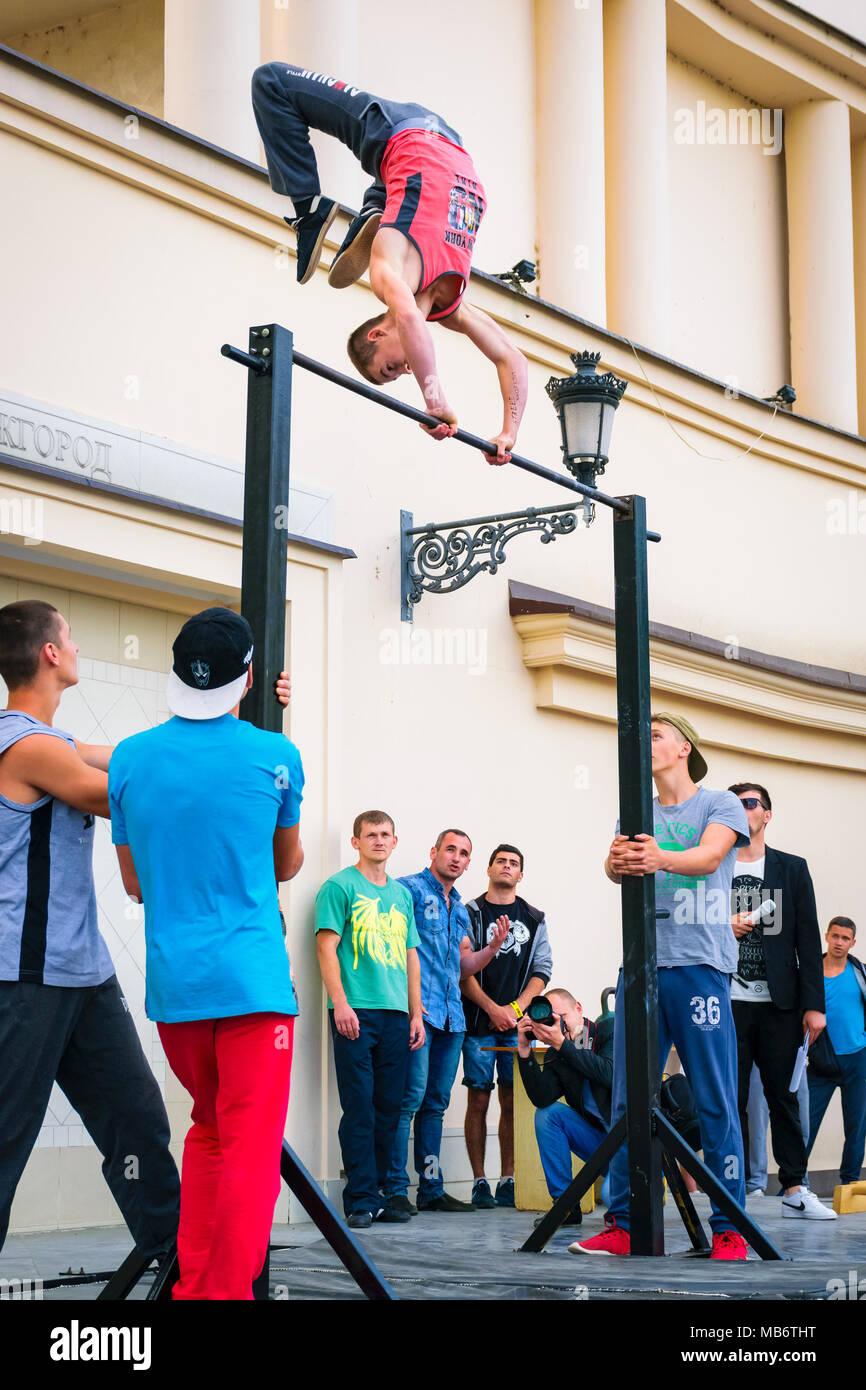 Uzhgorod, Ucrania - Jun 10, 2016: los participantes de deportes al aire libre competencia. entrenamiento de campeonato en Uzhgorod. Los hombres jóvenes demostrar sus habilidades en el aren Imagen De Stock