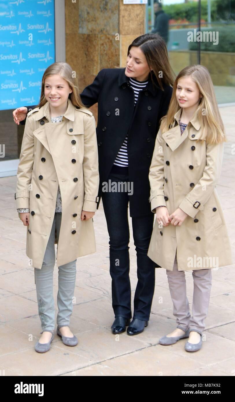 Los Reyes Las Infantas Leonor Y Sofia Y La Reina Sofia Visitan Un