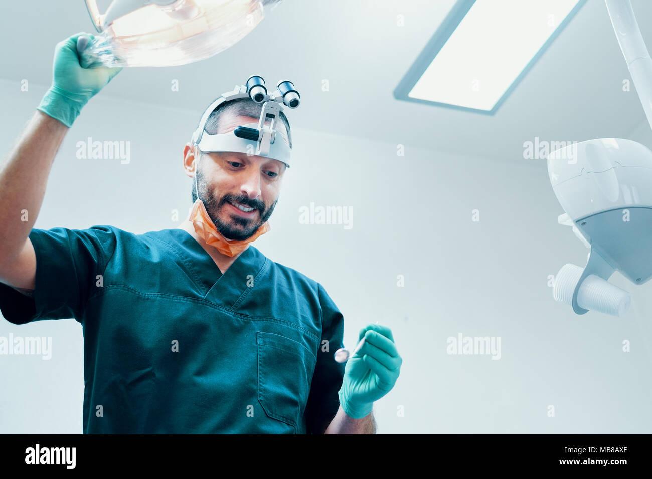 Seguros médicos dentista masculino con equipos de cirugía Foto de stock