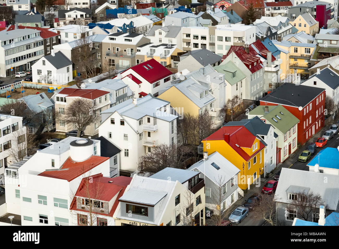 En Reikiavik, Islandia. La vista desde la torre de la iglesia Hallgrimskirkja sobre las casas pintadas brillantemente en el centro de la ciudad Foto de stock