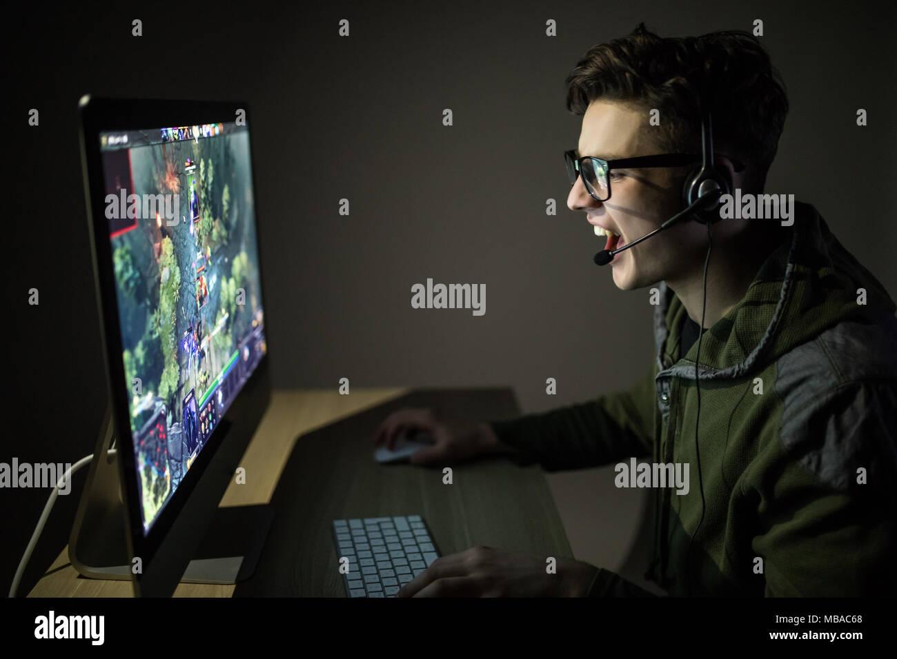 Hombre hermoso juego de estrategia o juegos online en cuarto oscuro ...