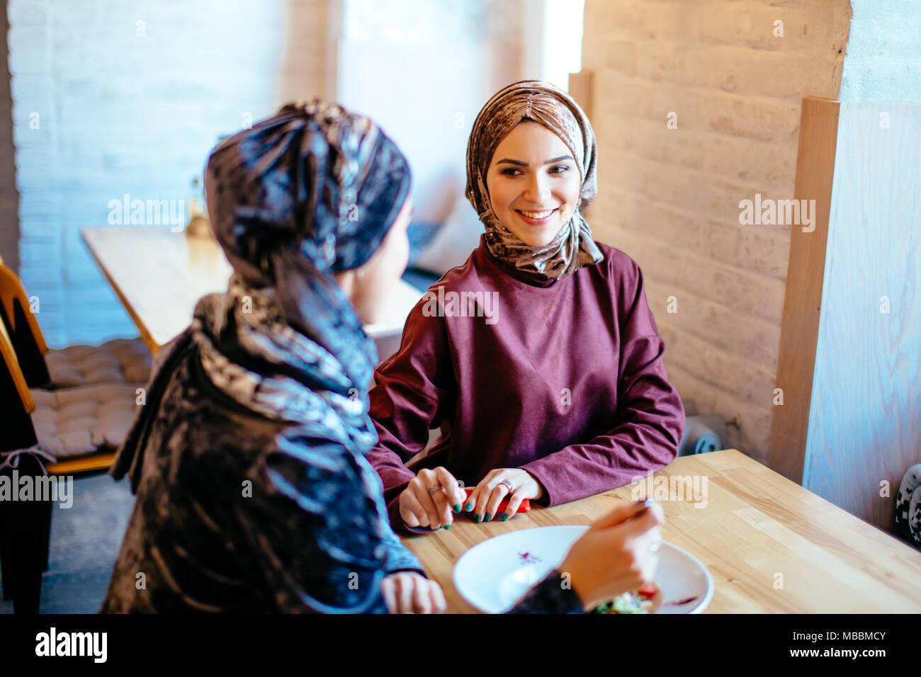 Dos mujeres musulmanas en cafe, reunión de amigos Foto de stock