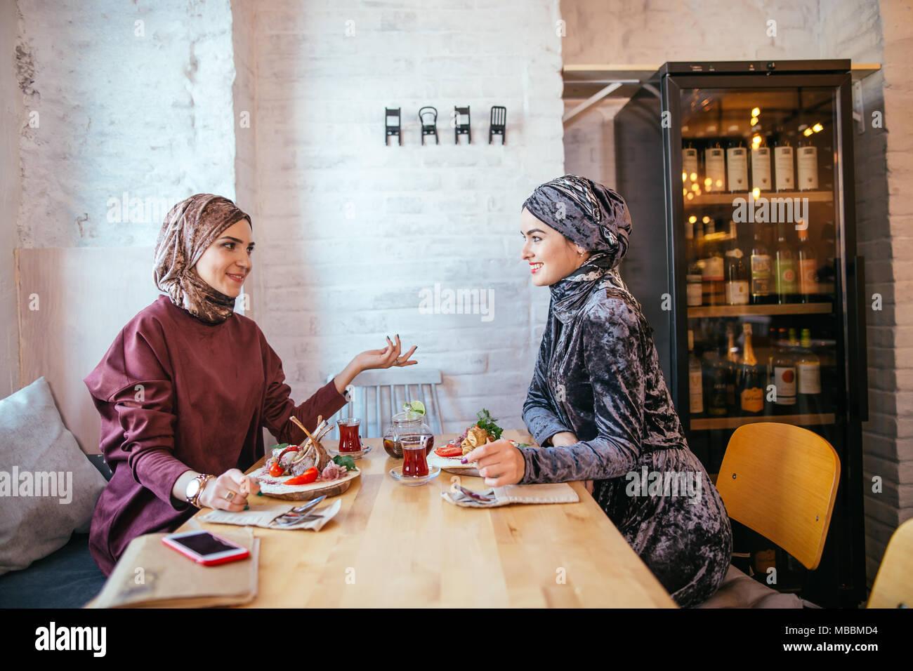 Dos mujeres musulmanas en cafe, reunión de amigos Imagen De Stock