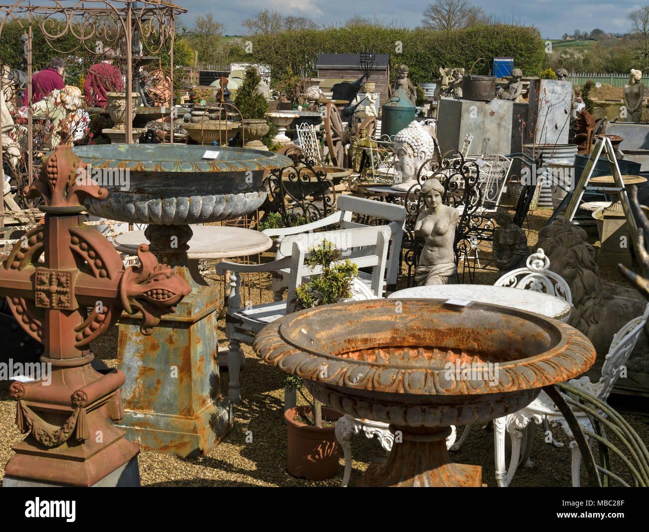 Old vintage & jardín antiguo adornos (estatuas, jarrones, macetas, fuentes) en la regeneración patio, jardín clásicos, Ashwell, Rutland, Inglaterra, Reino Unido. Foto de stock